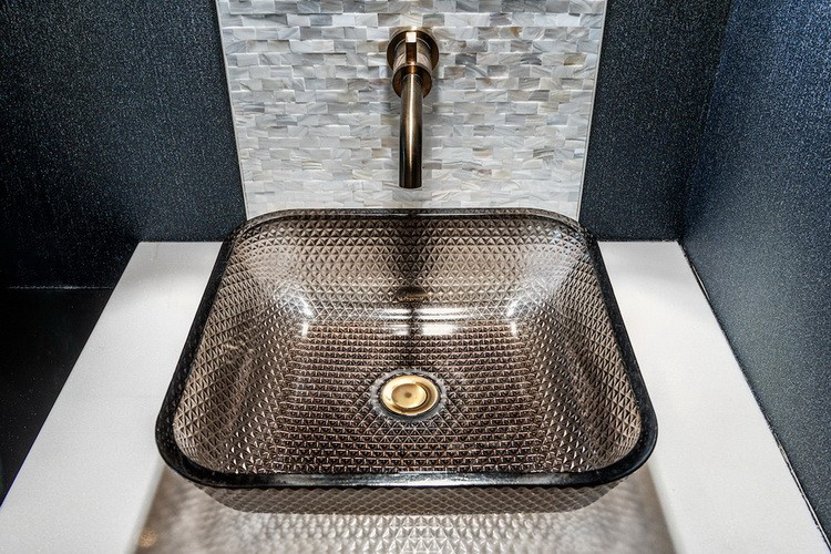 Textures-and-materials-in-bathroom-design